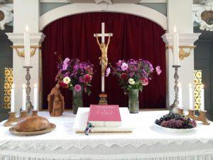 Geschmückter Altar in Kleinbrembach
